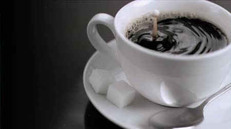 отскок : Rebound in super slow motion of a drop of milk in the coffee