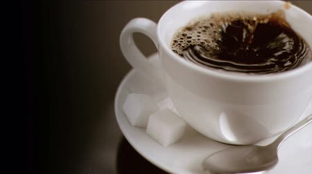 xícara de café : Cube of sugar diving in super slow motion in a cup of coffee