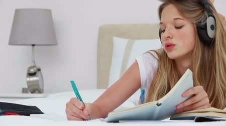 ношение : Serious young woman studying with notebooks in a bedroom