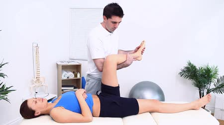 dokunaklı : Physiotherapist working with a patient in a therapy room