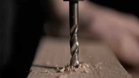 perfuração : Electric drill working in super slow motion drilling a piece of wood