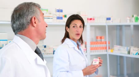 фармацевт : Female pharmacists with a colleague in the pharmacy of a hospital