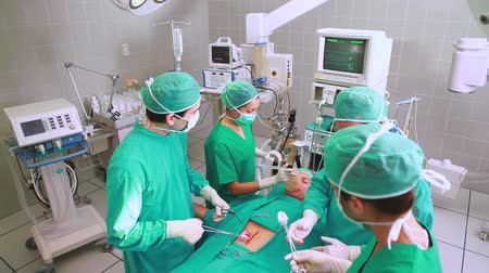 üzemeltetési : Surgeons operating a patient belly in an operating theatre