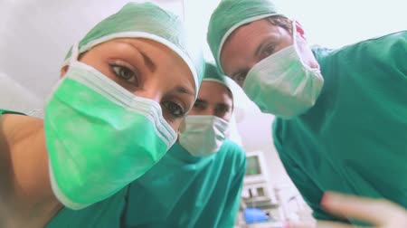 oxigênio : Focus on a surgical team taking off an anesthesia mask in an operating theatre