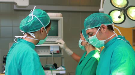 üzemeltetési : Serious surgeons operating in an operating theatre