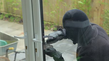 ladrão : Burglar breaking open the door and getting insude the house Vídeos