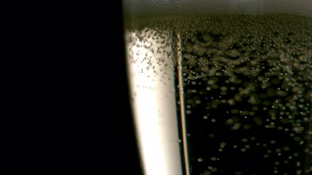 szampan : Bubbles rising in champagne in champagne flute Wideo