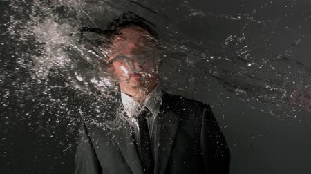poça de água : Man in suit and glasses being splashed with water