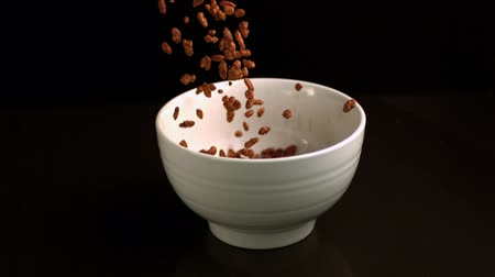 damlatma : Rice cereal pouring into a white bowl in slow motion