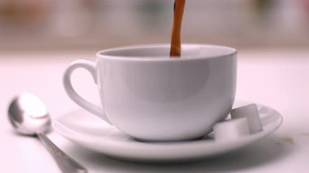 xícara de café : Coffee pouring into coffee cup in slow motion