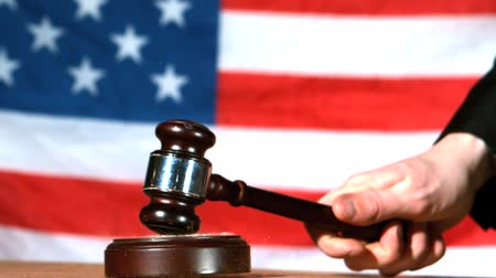 palička : Judge calling order with gavel in american court in slow motion with american flag in background