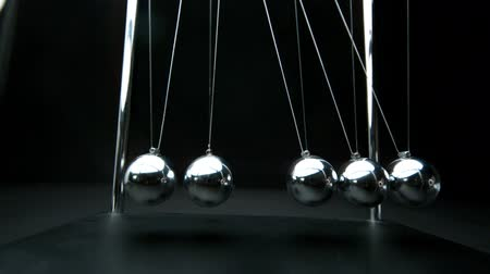 filmagens : Perpetual motion of newtons cradle in slow motion Stock Footage