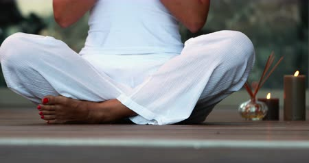 отступление : Woman in white sitting in lotus pose at the health spa Стоковые видеозаписи