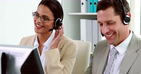 gerente : Call center employees at work in the office Vídeos