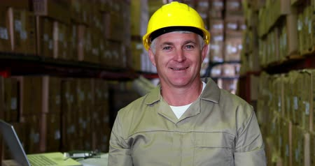 munkás : Warehouse worker smiling at camera in a large warehouse