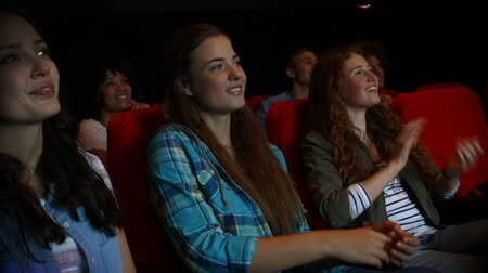 смеющийся : Friends watching funny movie in cinema in high quality 4k format