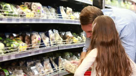 продукты : Father and daughter picking out salad in supermarket  Стоковые видеозаписи