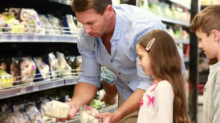 супермаркет : Father and daughter picking out salad in supermarket  Стоковые видеозаписи