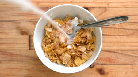 kahvaltı : Milk pouring into bowl of cereal in slow motion Stok Video