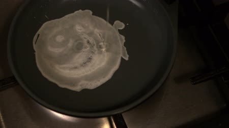 serpenyő : Egg cooking in frying pan in slow motion