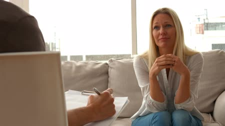 terapeuta : Distressed woman talking to therapist in ultra hd format Stock Footage