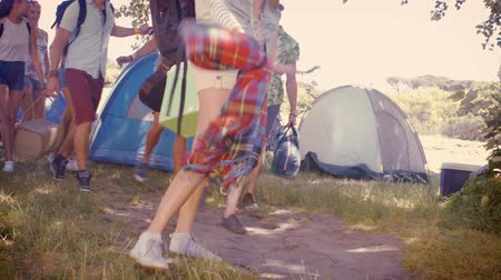 kamp : In high quality format young friends arriving at their campsite at a music festival