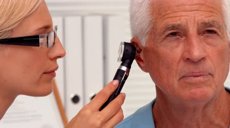 kulaklar : Doctor examining her patients ears in ultra hd format