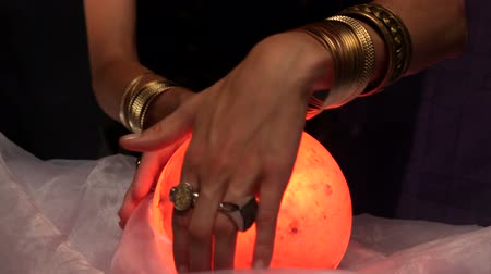 czarodziej : Fortune teller using crystal ball in slow motion