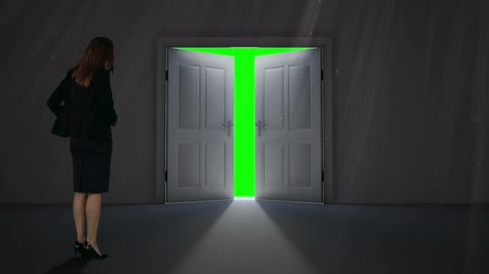 drzwi : Digital animation of Door opening to green screen watched by businesswoman Wideo