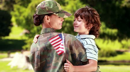 veterano : Soldier reunited with her son on a sunny day