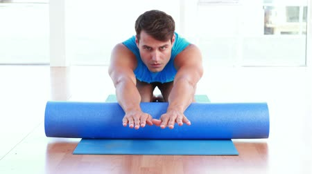 fizjoterapeuta : Physiotherapy patient using foam roller