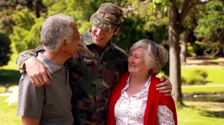 veterano : Soldier reunited with his parents on a sunny day