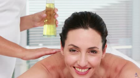 aromaterapia : Smiling woman getting an aromatherapy treatment in a healthy spa