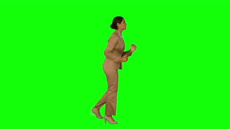 деловая женщина : Businesswoman running in a hurry on green screen background