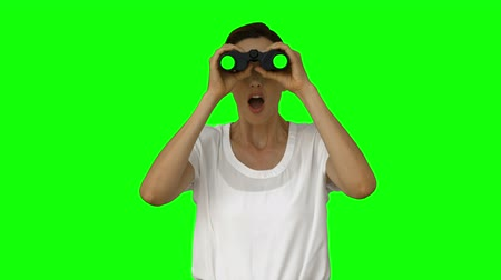 потрясенный : Businesswoman looking with binoculars on green screen background Стоковые видеозаписи