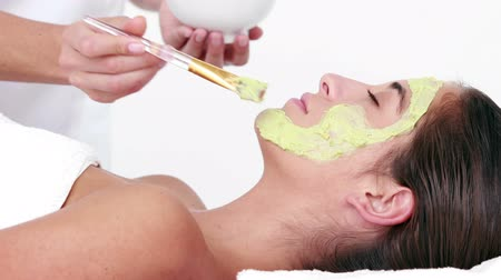 лицевой : Woman enjoying a facial treatment