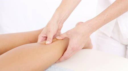 physiotherapie : Physiotherapeut tun Fußmassage in Arztpraxis in Zeitlupe