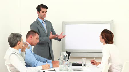 sala de reuniões : Business team applauding their colleague in the meeting room Stock Footage