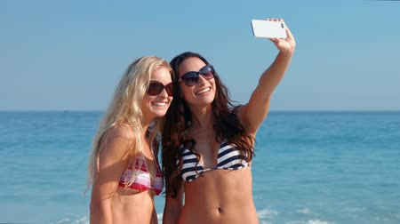despreocupado : Video of happy pretty friends taking a selfie at the beach Stock Footage