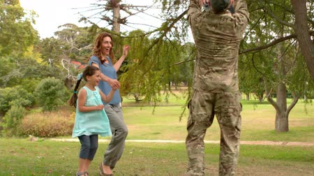 asker : happy soldier reunited with his family on a sunny day Stok Video