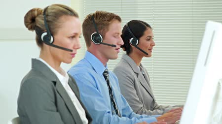desteklemek : Video of business team working in call center