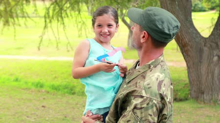 veterano : Soldier reunite with his daughter in park Vídeos