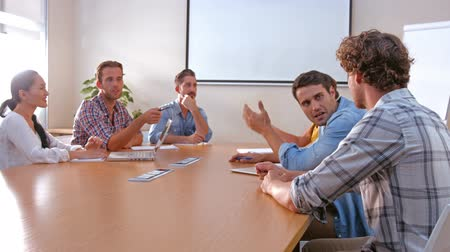 discussão : Business people speaking together during meeting in office