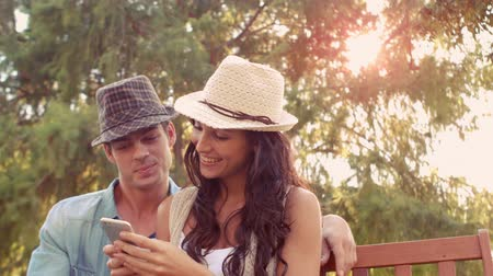 lento : Cute couple doing selfie in the park on a sunny day in slow motion