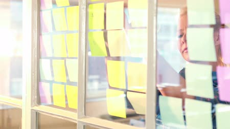 poczta : Casual businesswoman looking at post it in 4k video