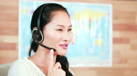 fejhallgató : Casual businesswoman speaking with headset in 4k