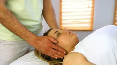terapia : Therapist performing reiki on patient at a clinic Vídeos