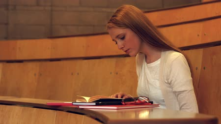 wykład : Studnet reading her notes in class in the university college Wideo