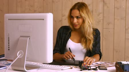 grafika : Pretty graphic designer using digitizer in creative office