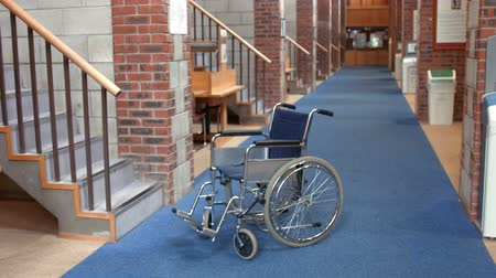 knihkupectví : Empty library with wheelchair at the college